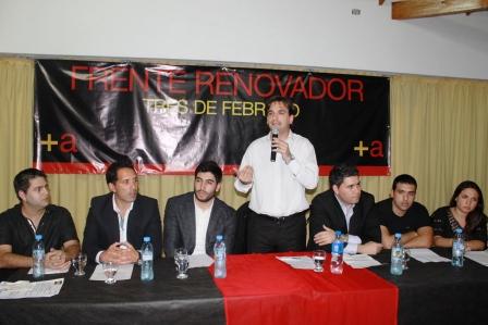 Sebastián Galmarini y Facundo Moyano junto a jóvenes de Tres de Febrero