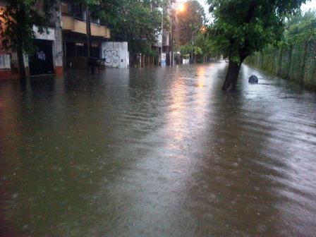 """Scioli calificó de """"impresionante"""" el temporal. Hay inundaciones y corte de luz en varias zonas de la provincia"""