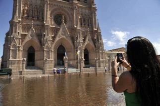 El Rio Luján volvió a subir y el agua llegó a la basílica