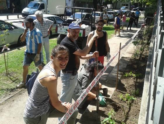 Plantan especies nativas en el bajo de San Isidro
