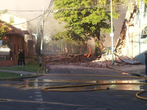 Incendio y derrumbe en una fábrica de zapatillas en Olivos ()