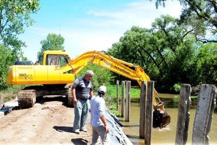 Realizan obras de mantenimiento hidráulico en Dique Luján y Villa La Ñata