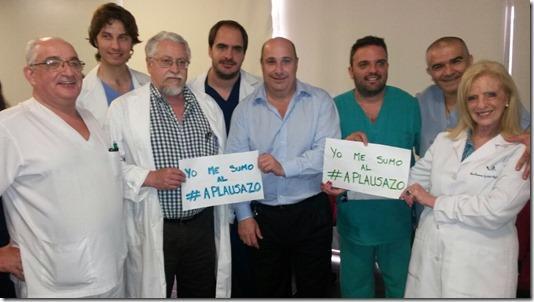 Carlos Castellano con profesionales del Hospital de San Isidro en una de las imágenes compartidas en las redes sociales