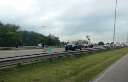 Un motociclista murió al chocar contra un auto en el ramal Tigre de la autopista Panamericana