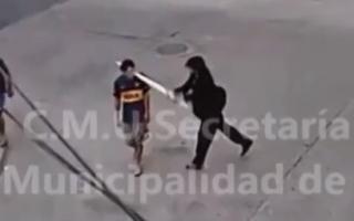 Brutal en Olivos: Una cámara captó cómo un hombre le pegó violentamente con un palo a un joven en la cabeza