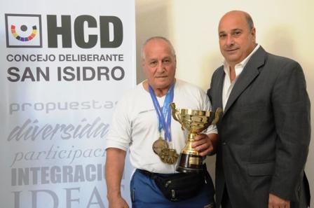 El presidente del Concejo Deliberante de San Isidro, Carlos Castellano, recibió la visita del campeón mundial de Powerlifting (levantamiento de pesas) en categoría Master 4, Oscar Espinello, vecino del Barrio San Isidro, de Boulogne.