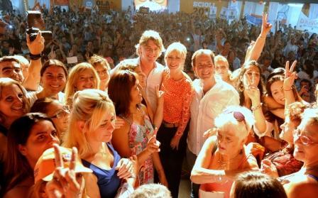 Karina Rabolini y Nicolás Scioli festejaron el día de la mujer con 4000 trabajadoras