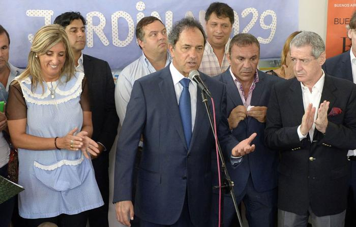 Daniel Scioli, al inaugurar el Jardín de Infantes Nº 929, de la ciudad de Escobar, acompañado por la directora de Educación y Cultura, Nora De Lucía, y el diputado nacional Jorge Landau.