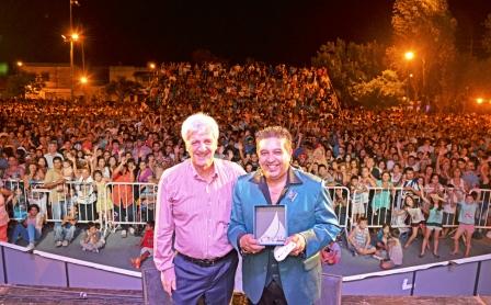 """Luis Andreotti presentó la renovada Plaza """"Manuel Belgrano"""" en un multitudinario Festival Tropical"""