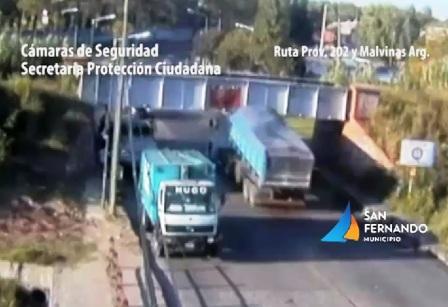 Impactantes choques de dos camiones contra un puente ferroviario en San Fernando