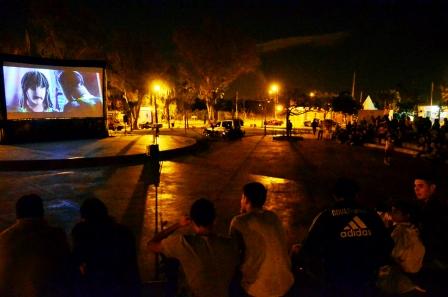 """El """"Cine bajo las estrellas"""" llegó a la Plaza de los Inmigrantes Italianos, en Virreyes"""