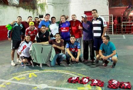 El candidato a Intendente de San Fernando Alex Campbell, jugó un partido de fútbol con vecinos de Villa Hall, y entregó camisetas al equipo del barrio