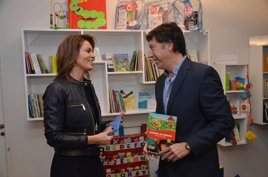 Karina Mazzocco y Gustavo Posse inauguraron una biblioteca en el Nido