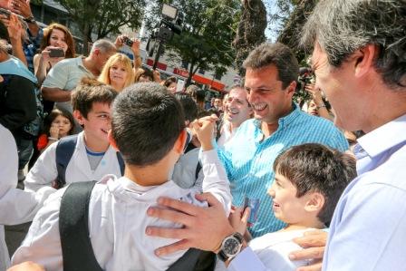 Sergio Massa visitó la localidad de Vicente López, donde dialogó con vecinos y comerciantes, quienes se acercaron para conocer su propuesta. Massa estuvo acompañado por el diputado nacional Adrián Pérez