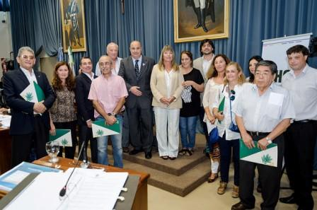 Respresentantes de colectividades extranjeras con concejales en la sesión en la que se aprobó la creación del Consejo Municipal de Extranjeros