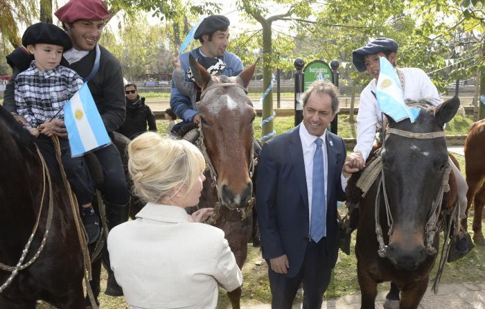 Daniel Scioli durante la conmemoración del 56° aniversario de la Sociedad de Fomento de Villa La Ñata