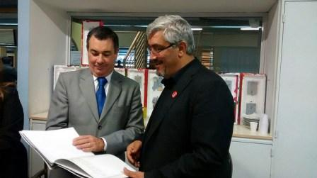El concejal Rolón le entrega a Fadelle el libro de la Historia de San Isidro