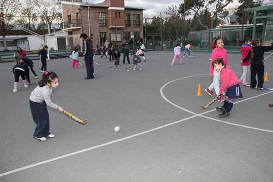 Chicas de todas las edades practican hockey en San Isidro