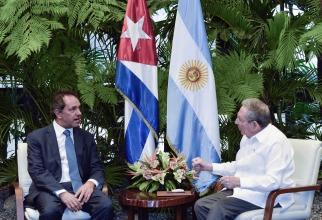 Scioli se reunió con Raúl Castro, que se comprometió a asistir a su asunción si gana en octubre