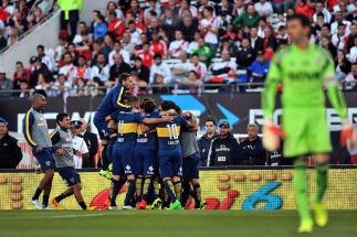 Boca festejó por partida doble: le ganó a River en el Monumental Y volvió al liderazgo