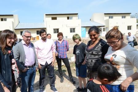 """Julio Zamora y Malena Galmarini recorrieron la construcción de las primeras 18 casas en el barrio """"La Costilla"""""""