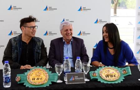 """Luis Andreotti y """"Maravilla"""" Martínez le entregaron los cinturones de campeona mundial a """"La Pantera"""" Farías"""