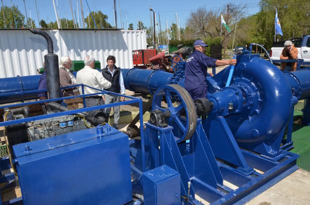 El Municipio informó que instaló una nueva bomba diésel en la planta ubicada en España y Mitre. Funciona sin energía eléctrica y aumenta la expulsión de agua a 10 millones de litros por hora.