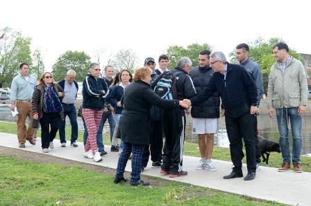 Julio Zamora recorrió el nuevo paseo junto al río en el barrio Almirante Brown