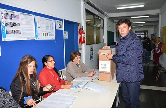 Posse emitió su voto en el Colegio de la Santa Cruz en Beccar