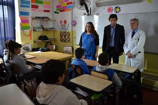 Posse y Rosetti observan a los alumnos meditar con música relajante de fondo y luces bajas