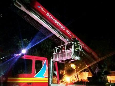 Los Bomberos de San Fernando combatieron un incendio en altura utilizando la nueva hidroescalera