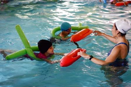 San Fernando capacita en seguridad acuática a los alumnos de natación de sus Polideportivos