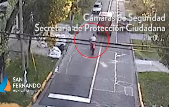 Violento choque entre una moto y un auto captado por las cámaras de San Fernando