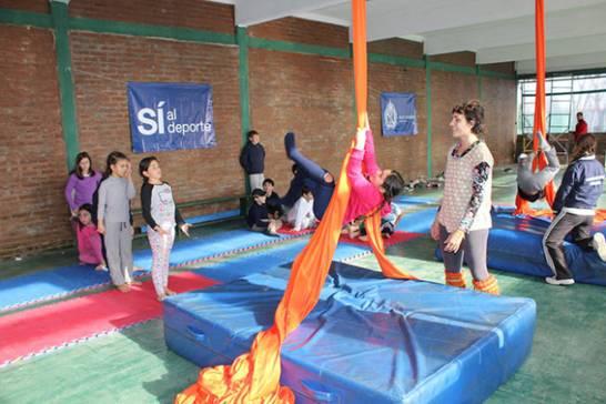 Clases de circo y telas en los campos de deportes municipales de San Isidro
