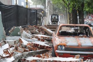 Se derrumbó un paredón en Barracas y aplastó a seis autos que estaban estacionados
