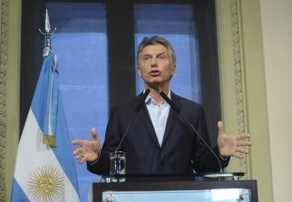 Macri finalmente viajara a Davos pese a fisura en la costilla. Lo hara mañana junto a Massa en avion de linea