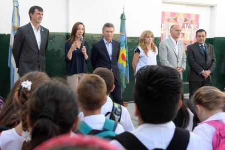 Mauricio Macri y María Eugenia Vidal inauguraron el ciclo lectivo 2016 en una escuela primaria de Lanús
