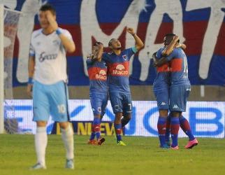 Tigre goleó a Atlético Tucumán y le dio aire a Camoranesi