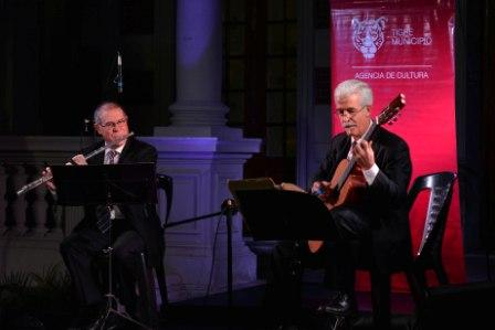 Víctor Villadangos y el flautista Saúl Martin, en la Casa de las Culturas