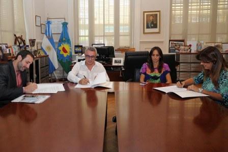 El gobierno comunal y la empresa Massalin volvieron a firmar un convenio para promover la igualdad de oportunidades en la educación, a través del financiamiento del acceso y la permanencia de jóvenes en niveles terciarios y universitarios. El intendente Julio Zamora y la concejala Malena Galmarini participaron de la firma.