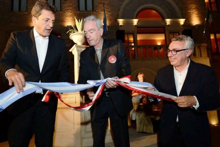 El intendente Julio Zamora y el diputado nacional Sergio Massa estuvieron presentes el miércoles durante la inauguración oficial de Torrepueblo