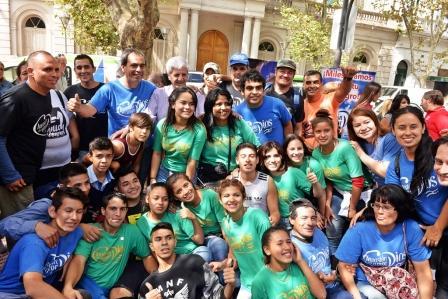 Multitudinaria caminata de la comunidad evangélica Invasión del Amor de Dios, en San Fernando