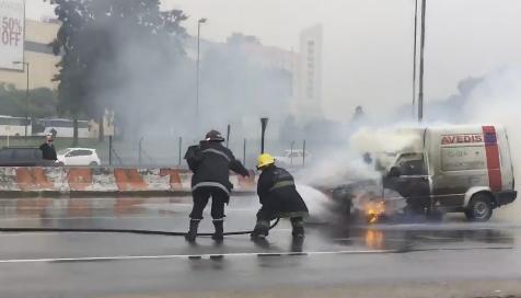Una camioneta se incendió en la Panamericana, a la altura de Olivos