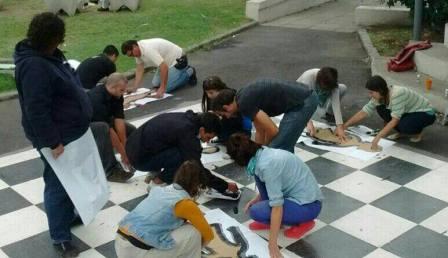 El Movimiento Evita Vicente López junto a vecinos pintaron siluetas en plazas del distrito
