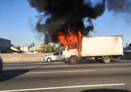 Un camión se incendió esta mañana en la autopista Panamericana en Olivos