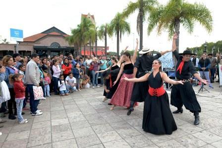 Con un show que fusiona distintos tipos de bailes como el folklore y el tango, La Compañía de Arte Argentino, dirigida por la profesora Rosana Ojeda, brinda