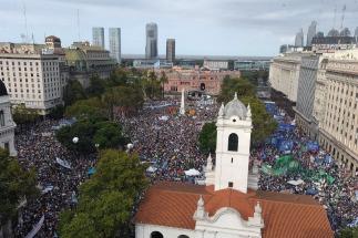 Fuertes críticas al gobierno de Macri en la Plaza de mayo, a 40 años del golpe