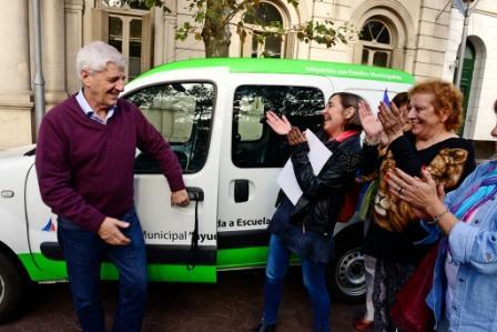 El Intendente Andreotti cedió en comodato una camioneta municipal al organismo provincial que gestiona la educación pública en el distrito, para facilitar la movilidad de sus consejeros al recorrer escuelas, contactar docentes, trasladar materiales y viajar hacia La Plata para sus trámites habituales.