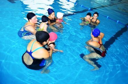 Natación para bebés, una propuesta divertida y familiar en el Polideportivo El Zorzal