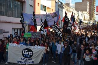 Masiva marcha de sindicatos y federaciones universitarias en Reclamo de aumentos salariales y de presupuesto